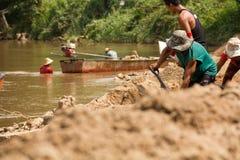 03-06-2017 ist schaufelnder Sand Karriere des Sandes eine Komponente im Bau Verwendet beim Mischen mit Mörser Dorfbewohner entlan Lizenzfreies Stockbild
