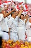 Ist wellenartig bewegende Singapur-Markierungsfahnen während NDP 2009 behilflich Stockfoto