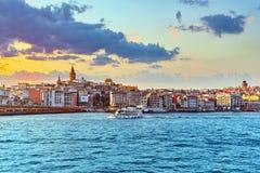 ISTAMBUL, TURKEY-MAY 07日2016年:日落的伊斯坦布尔视图在的 免版税库存图片