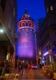 Istambul, Beyoglu/Turquia 03 04 2019: Opinião da noite da torre de Galata imagens de stock royalty free