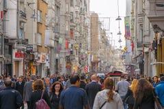 ISTAMBUL - NOVEMBRO, 21: A avenida aglomerada de Istiklal no Beyoglu d Imagens de Stock Royalty Free