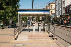 Istambul, o 15 de junho de 2017: Sultanahmet urbano sobre a entrada à terra do torniquete do metro à estação Fotos de Stock