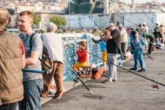 Istambul, o 15 de junho de 2017: Muitos pescadores da população local estão na ponte e nos peixes de Galata O tradicional Imagem de Stock Royalty Free
