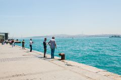 Istambul, o 17 de junho de 2017: Passatempo turco tradicional da pesca Muitos povos estão pescando Vida ordinária em Turquia Fotografia de Stock Royalty Free