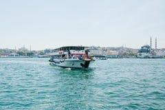 Istambul, o 17 de junho de 2017: Velas da balsa de passageiro ao longo do Bosphorus Transporte dos passageiros pela água Fotografia de Stock