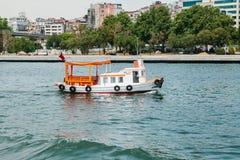 Istambul, o 17 de junho de 2017: Velas pequenas de uma embarcação no Bosphorus Transporte dos passageiros pela água Fotos de Stock Royalty Free