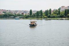 Istambul, o 17 de junho de 2017: Velas pequenas de uma embarcação no Bosphorus Transporte dos passageiros pela água Imagens de Stock Royalty Free