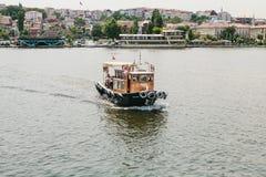 Istambul, o 17 de junho de 2017: Velas pequenas de uma embarcação no Bosphorus Transporte dos passageiros pela água Fotos de Stock
