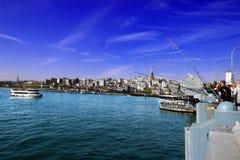Istambul, ponte de Galata/Turquia, 04 21 2019: Pescador View da ponte de Galata, torre de Galata, skyline brilhante imagens de stock