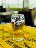 ISTAMBUL, TURQUIA - 23 de abril de 2017: Cerveja de Bomonti no aeroporto internacional de Esenboga imagem de stock royalty free