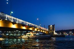 ISTAMBUL, TURQUIA - 21 DE AGOSTO DE 2018: balsa sob a ponte de Galata fotografia de stock royalty free
