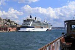 ISTAMBUL, TURQUIA - 24 de agosto de 2015: Navio de cruzeiros no chifre dourado Foto de Stock