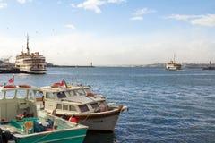 ISTAMBUL, TURQUIA - 30 DE DEZEMBRO DE 2015: Barcos de pesca e ferryboats no porto de Kadikoy Imagens de Stock