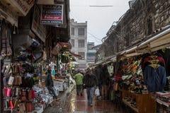 ISTAMBUL, TURQUIA - 30 DE DEZEMBRO DE 2015: Tempestade da neve que bate uma rua típica de Istambul perto do mercado da especiaria Foto de Stock