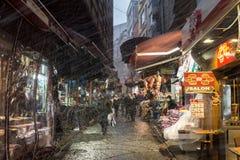 ISTAMBUL, TURQUIA - 30 DE DEZEMBRO DE 2015: Tempestade da neve que bate uma rua típica de Istambul perto do mercado da especiaria Imagem de Stock