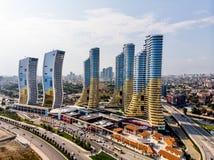 Istambul, Turquia - 23 de fevereiro de 2018: Opinião aérea do zangão do shopping de Avm dos arranha-céus de IstMarina em Istambul imagens de stock royalty free