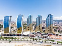 Istambul, Turquia - 23 de fevereiro de 2018: Opinião aérea do zangão do shopping de Avm dos arranha-céus de IstMarina em Istambul imagem de stock