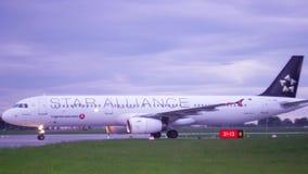 ISTAMBUL, TURQUIA - 27 DE MAIO DE 2019: Avião do passageiro que taxiing no aeroporto de Istambul vídeos de arquivo