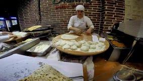 ISTAMBUL, TURQUIA - 29 DE MAIO DE 2015: Senhoras que cozinham o gozleme no taksim Beyoglu Gozleme é um prato turco tradicional sa video estoque