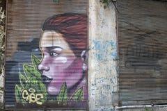 Istambul, Turquia - 25 de maio de 2019: Ilustração desenhado à mão de obturadores da loja em ruas de Balat Colorido e grafittis imagens de stock