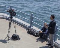 Istambul, Turquia - 19 de maio de 2019: povos que fazem a metragem de notícia da ponte de Galata fotografia de stock