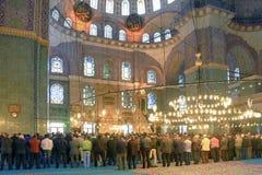 ISTAMBUL, TURQUIA - 29 DE MARÇO DE 2012: Interior da mesquita nova Imagens de Stock Royalty Free