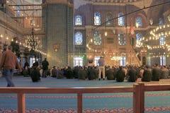 ISTAMBUL, TURQUIA - 29 DE MARÇO DE 2012: Interior da mesquita nova Fotos de Stock