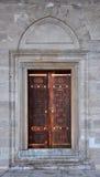 Istambul, Turquia - 23 de novembro de 2014: Porta de madeira no território da mesquita de Suleymaniye Imagens de Stock
