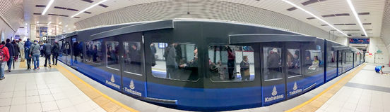 ISTAMBUL, TURQUIA - 27 DE OUTUBRO: Interior da estação de metro em outubro Fotos de Stock