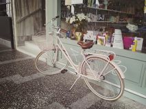 Istambul, TURQUIA - 21 de setembro - 2018: Bicicleta cor-de-rosa da cidade com uma cesta na parte dianteira perto da mostra da fa imagens de stock