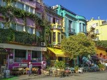 Istambul, TURQUIA - 22 de setembro - 2018: Construções e café coloridos da rua em Sultanahmet fotografia de stock royalty free
