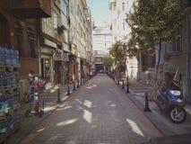 Istambul, TURQUIA - 21 de setembro - 2018: Rua estreita no amanhecer do distrito de Kadikoy imagem de stock royalty free