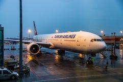 ISTAMBUL, TURQUIA - em outubro de 2013: O plano Boe de Turkish Airlines Fotografia de Stock