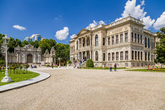 Istambul, Turquia A entrada principal do palácio de Dolmabahce e da porta norte Fotos de Stock