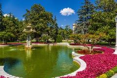 Istambul, Turquia Fonte bonita no parque do palácio das sultões Dolmabahce do otomano Imagens de Stock Royalty Free