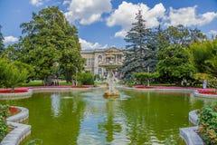 Istambul, Turquia A fonte pitoresca no parque do palácio das sultões Dolmabahce do otomano Foto de Stock