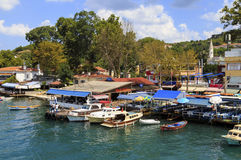 ISTAMBUL, TURQUIA, O 24 DE AGOSTO DE 2015: Vista sobre o porto na vila do kavagi, Istambul Imagens de Stock Royalty Free