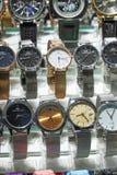 Istambul, Turquia, o 22 de setembro , 2018: Estar no bazar com um grupo de relógios falsificados do tipo imagem de stock royalty free