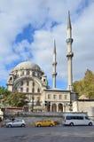 Istambul, Turquia, outubro, 19, 2013 Carros perto da mesquita de Nusretiye Foto de Stock