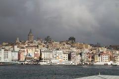 Istanboel in de ochtend met Galata-toren en het geconcentreerde overzees Royalty-vrije Stock Foto's