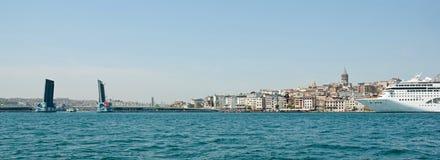 Istanboel, Galata-Toren, schip en ophaalbrug. Royalty-vrije Stock Foto's