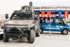 Istanboel, 15 Juli, 2017: Een militaire machine en een politiewagen in het Buykeshehir-district van Istanboel Het versterken van Stock Fotografie