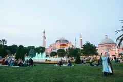 Istanboel, 16 Juni, 2017: Vele mensen van de Islamitische godsdienst nemen voedsel op het Sultanahmet-vierkant naast de blauwe mo stock foto