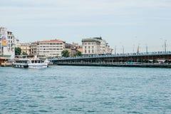 Istanboel, 17 Juni, 2017: Vele passagiersveerboten of passagiersboten zijn van de kust dichtbij zijn de Galata-Brug Stock Afbeelding