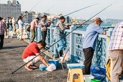 Istanboel, 15 Juni, 2017: Vele vissers van de lokale bevolking bevinden zich op de de brug en vissen van Galata Traditioneel Stock Foto's