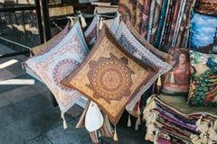 Istanboel, 14 Juni, 2017: Verkoop van met de hand gemaakte hoofdkussens voor slaap en gebedmatten in een straatopslag tijdens de  Stock Afbeelding