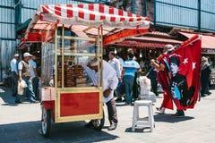Istanboel, 16 Juni, 2017: Verkoopt de straat Turkse markt verschillende snac Stock Afbeelding