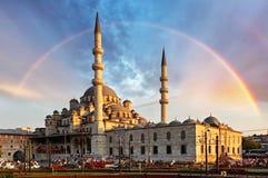 Istanboel - Nieuwe Moskee, Yeni Cami in de avond met Regenboog, Em royalty-vrije stock fotografie