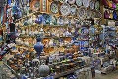 ISTANBOEL - NOVEMBER 3: Traditionele Turkse keramiek op Grote Bazaar op 3 November, 2014 in Istanboel royalty-vrije stock afbeeldingen