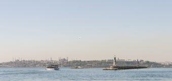 Istanboel panoramisch met veerboot en moskee Stock Afbeelding